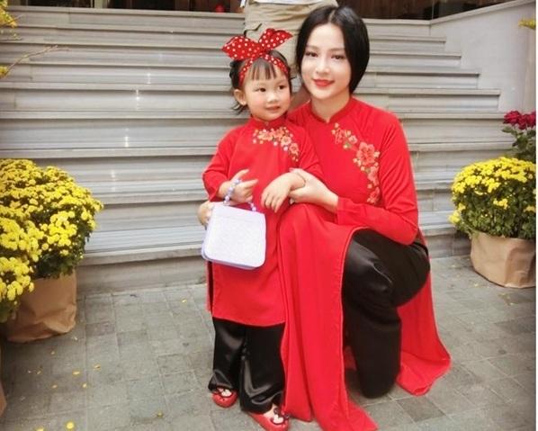 Cô con gái của Huyền baby diện trang phục áo dài đôi cùng với mẹ, cô nhóc xinh như thiên thần