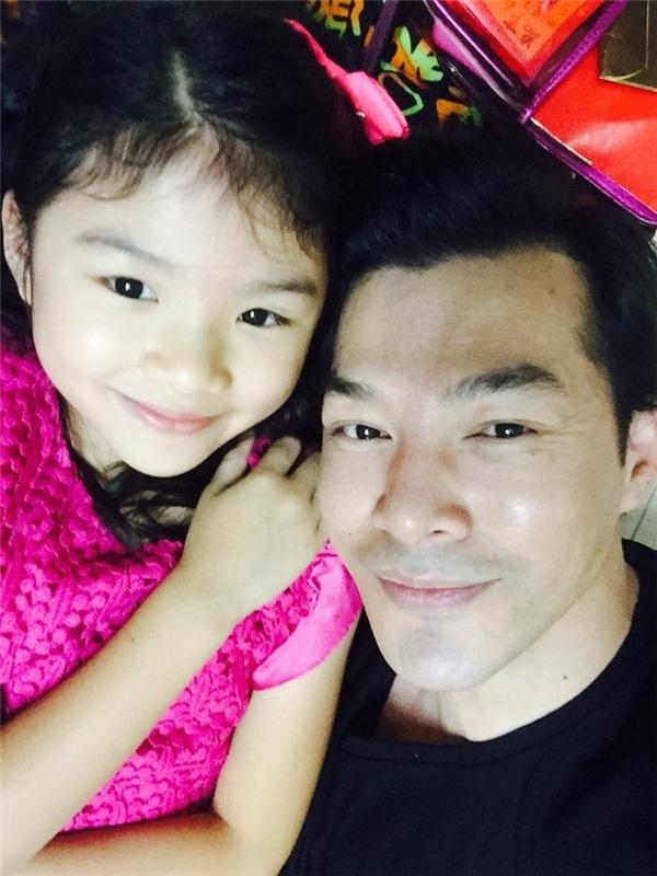 Con gái Trần Bảo Sơn selfie cùng anh trong ngày đầu năm mới. Cô con gái Trương Ngọc Ánh và Trần Bảo Sơn càng lớn càng xinh đẹp. Cô bé thừa hưởng nét đẹp của cả bố lẫn mẹ.
