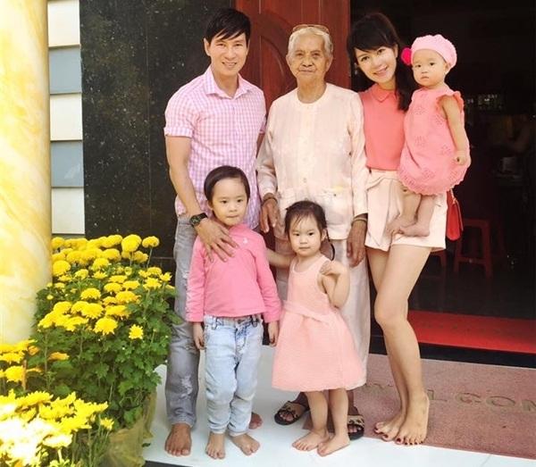 Gia đình của Lý Hải, Minh Hà và 3 nhóc tì xinh xắn, đáng yêu cùng chào đón năm mới.