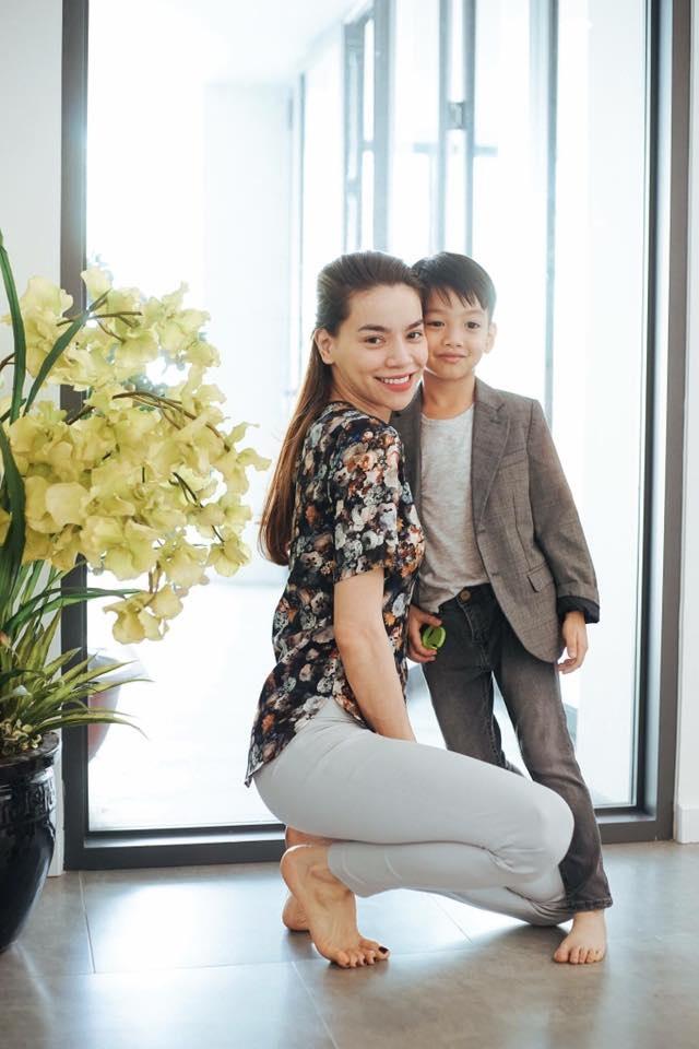 Subeo trông chững chạc hẳn với vest, tuy đơn giản nhưng vẫn toát lên thần thái của một cậu nhóc được xem là quý tử của ngôi sao hàng đầu Việt Nam.