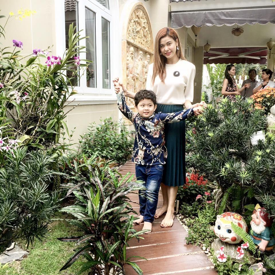 Cậu nhóc còn được diện áo dài cách điệu cùng mẹ đi chúc Tết, hai mẹ con thật xinh xắn trong ngày đầu năm mới.