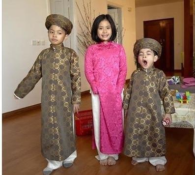 Những nhóc tì của nhà Trần Lực diện áo dài khăn đóng theo đúng tinh thần của người dân Việt trong dịp đầu xuân. Hình ảnh ngộ nghĩnh, đáng yêu và hồn nhiên của các bé khiến ai cũng phải bật cười.