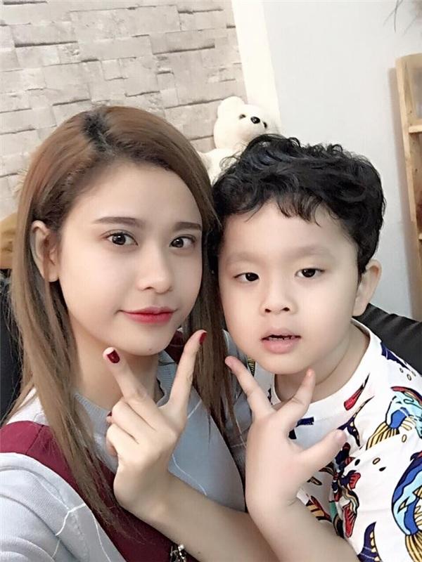 Trương Quỳnh Anh và cậu con trai đáng yêu của mình chụp ảnh selfie ngày đầu năm mới