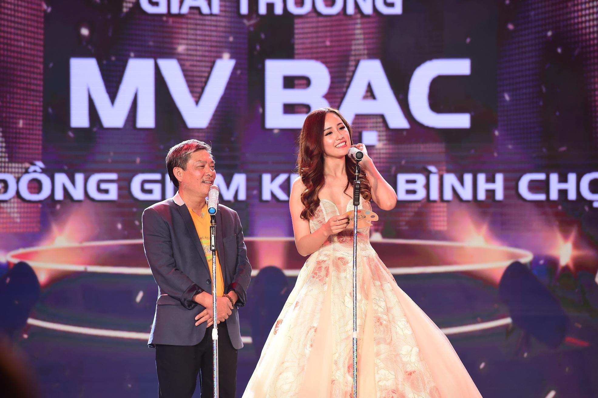 Hoa hậu Mai Phương Thúy trao giải cho các ca sĩ đoạt giải