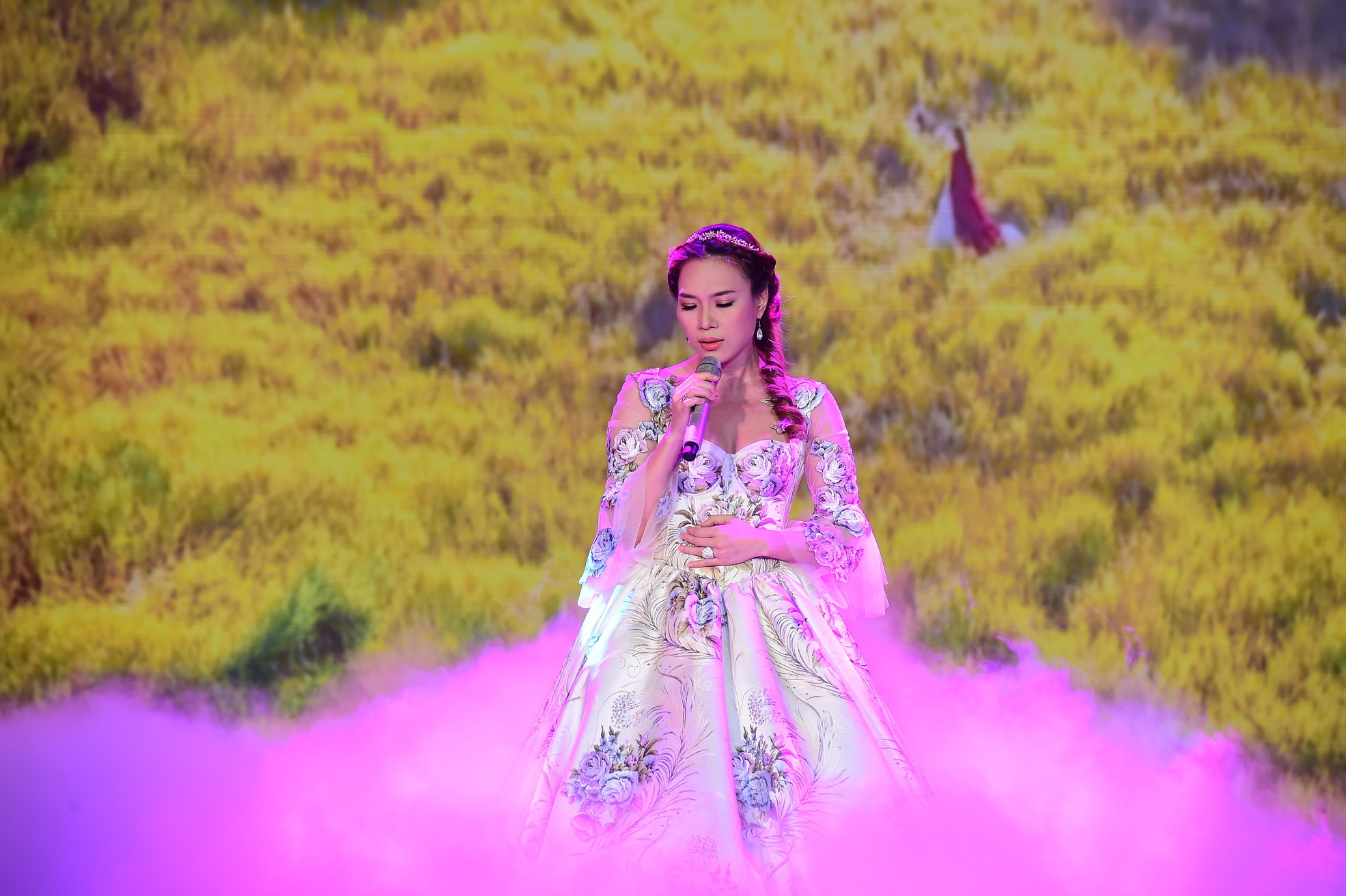 Nữ ca sĩ Mỹ Tâm xinh như công chúa xuất hiện trong chương trình biểu diễn ca khúc Đôi mắt màu xanh vừa được ra mắt gần đây.