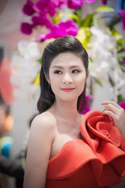 Hoa hậu Ngọc Hân rất xinh tươi và rạng rỡ, làn da trắng trẻo, mịn màng của hoa hậu rất quyến rũ người đối diện.