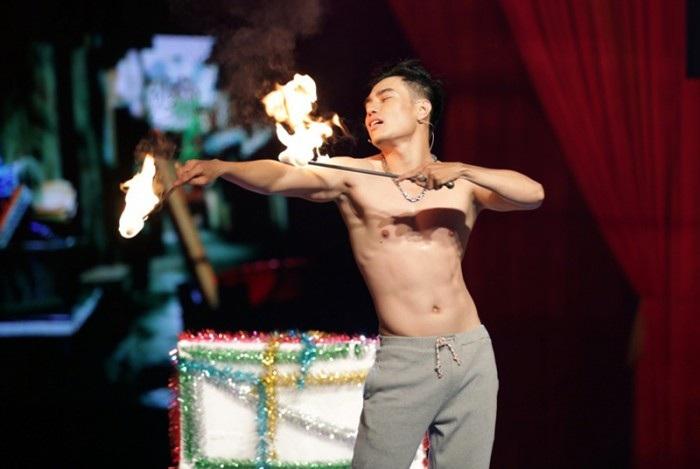 Bảo Lâm biểu diễn múa lửa trong tiểu phẩm của mình