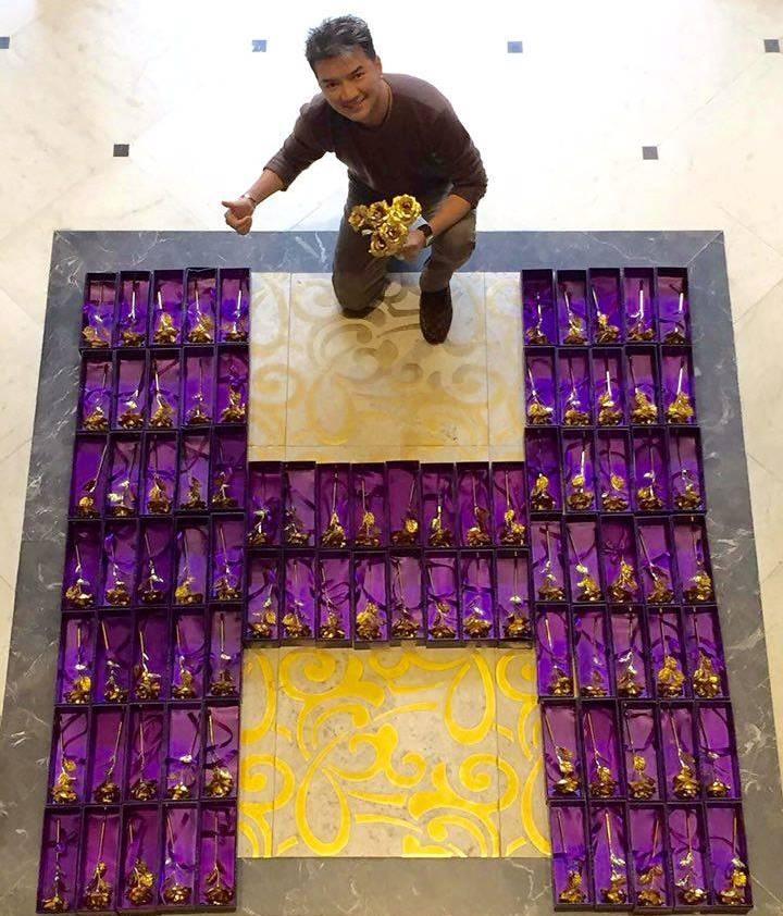 """Mr Đàm """"chịu chơi"""" tặng 200 bông hồng mạ vàng cho khán giả nữ - 3"""