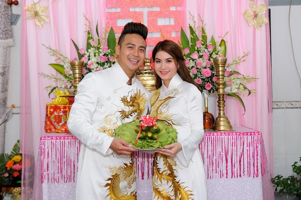 Hai vợ chồng diện áo dài rồng phụng được thêu rất đẹp mắt và tinh tế