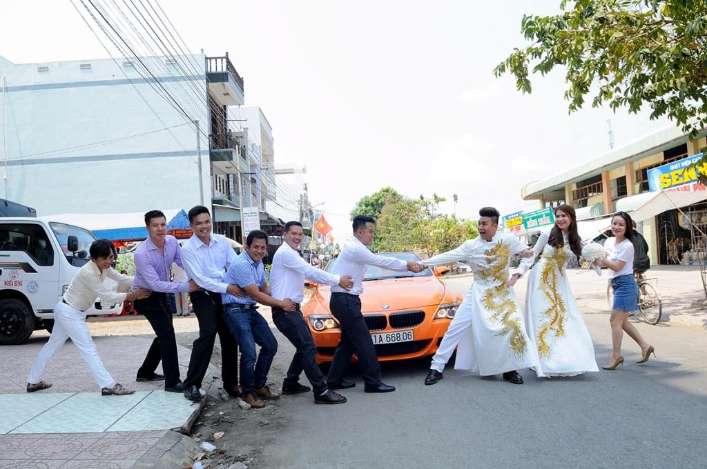 Sau nghi thức hôn lễ tại gia, Kha Ly và Thanh Duy vui vẻ đùa nghịch cùng bạn bè