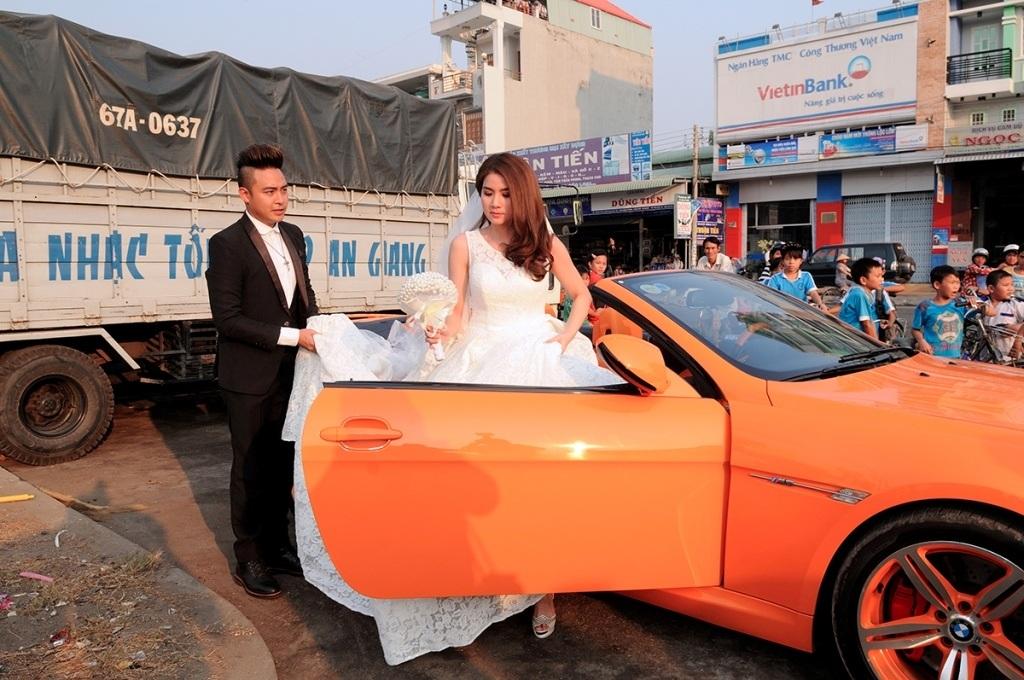 Chú rể Thanh Duy dùng xe mui trần đón cô dâu Kha Ly