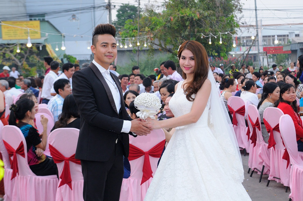 Cô dâu và chú rể hạnh phúc tiếp đãi mọi người trong tiệc cưới.