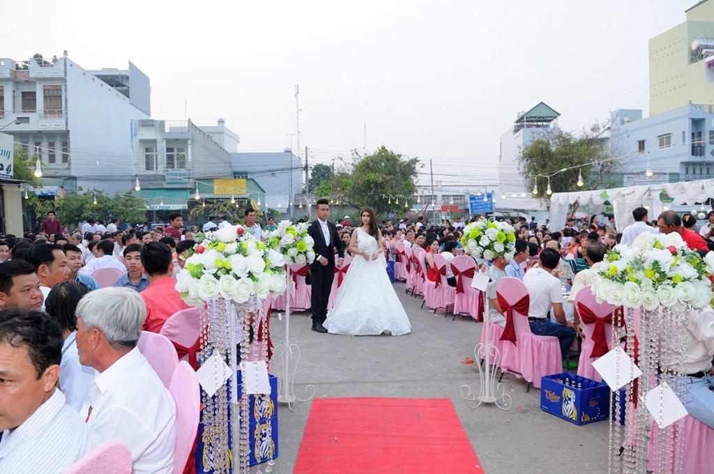 Tiệc cưới được tổ chức trong một khoảng không gian khá rộng rãi, mát mẻ gần nhà Kha Ly