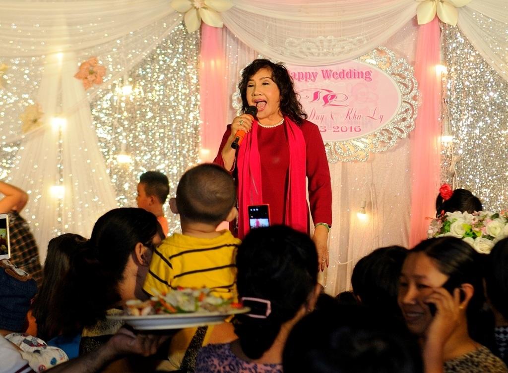 NSND Lệ Thủy hát mừng cho hai vợ chồng diễn viên trong tiệc cưới ấm cúng