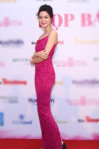 Hoa hậu Thùy Dung quyến rũ với chiếc váy dạ hội ôm sát khoe đường cong. Chị đăng quang Hoa hậu Việt Nam năm 2008.