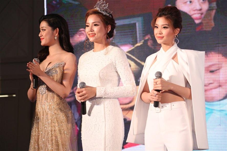 Hoa hậu Kỳ Duyên và 2 á hậu chia sẻ trong buổi họp báo, 2 năm qua cũng là khoảng thời gian khá áp lực với các người đẹp.