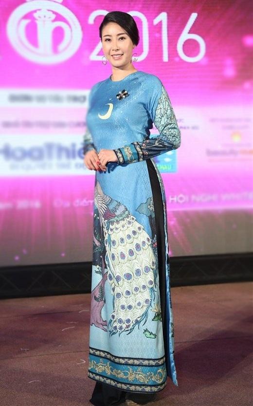 Hoa hậu Hà Kiều Anh đăng quang năm 1992, chị cũng là hoa hậu Việt Nam trẻ nhất đăng quang, khi chỉ vừa 16 tuổi. Cho đến nay đã nhiều năm nhưng chị vẫn tham gia thường xuyên các hoạt động của làng giải trí và cũng đã có một gia đình riêng hạnh phúc. Chị xuất hiện trong trang phục áo dài truyền thống họa tiết cầu kỳ.