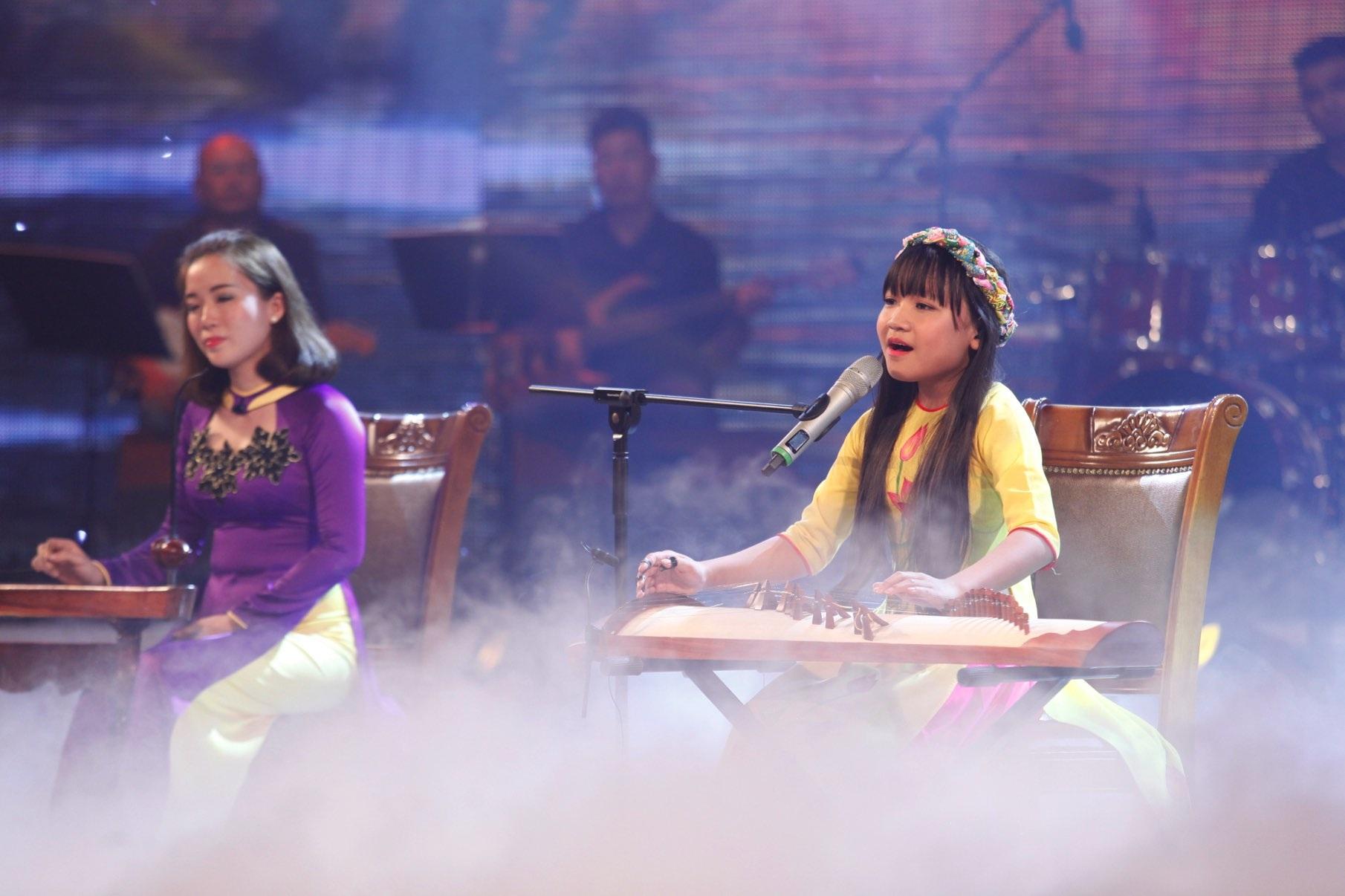 """Bé Quỳnh Anh thể hiện ca khúc """"Ai ra xứ huế"""" - phần trình diễn tuyệt vời với chất giọng ngọt ngào, luyến láy rất chuyên nghiệp. Khán giả ủng hộ nhiệt tình cho phần trình diễn này."""