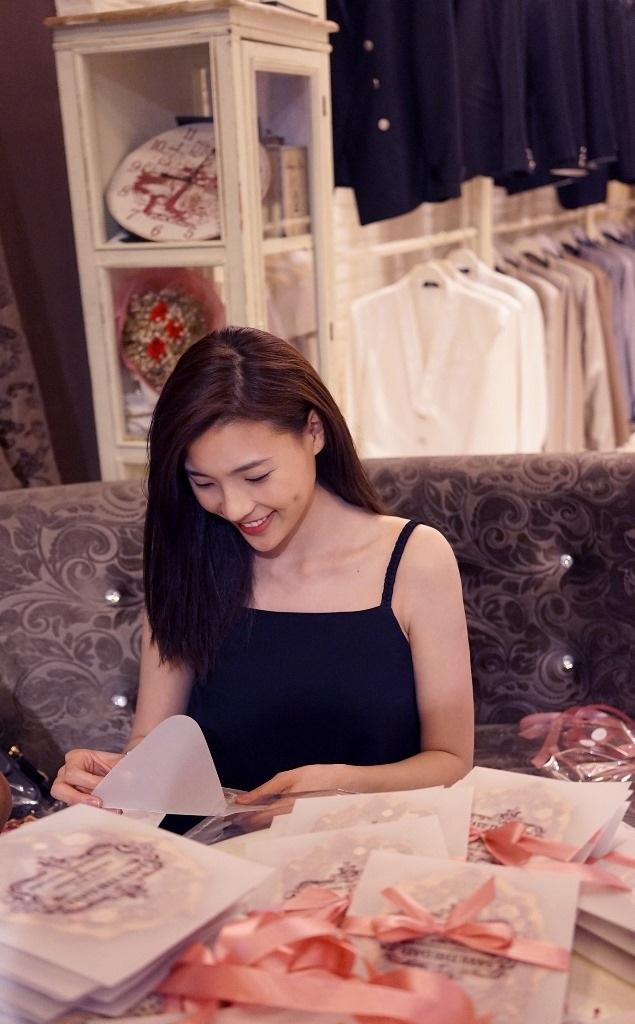 Thúy Diễm cũng quen biết Lương Thế Thành khi cả hai đóng phim chung. Thúy Diễm từng chia sẻ, trước đây cô từng rất thần tượng nam diễn viên khi lần đầu đóng phim cùng anh.
