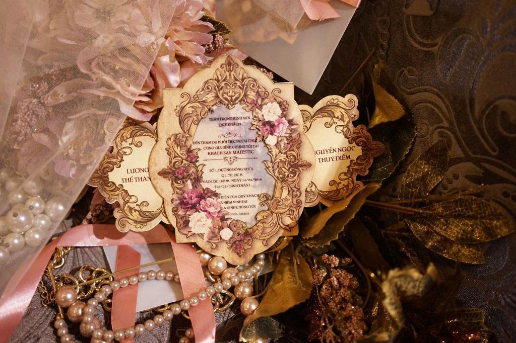 Thiệp cưới đẫm màu cổ tích, mềm mại tiểu thư, cổ điển đúng với tính cách của cô dâu Thúy Diễm.