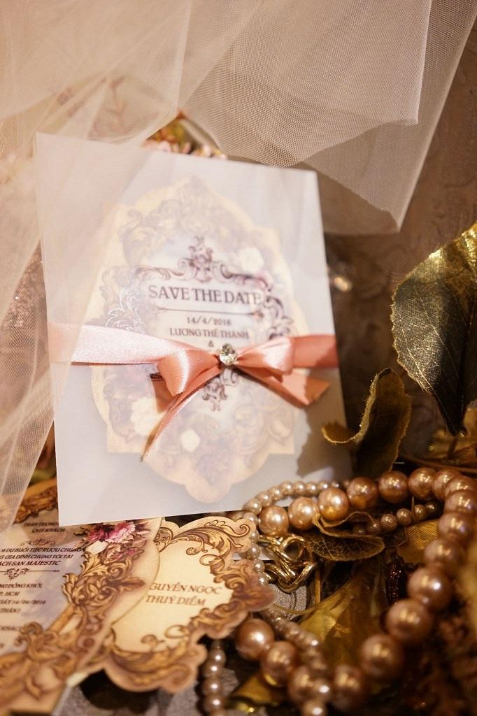 Thiệp cưới mô phỏng gương soi mặt và được cột nơ điệu đà.