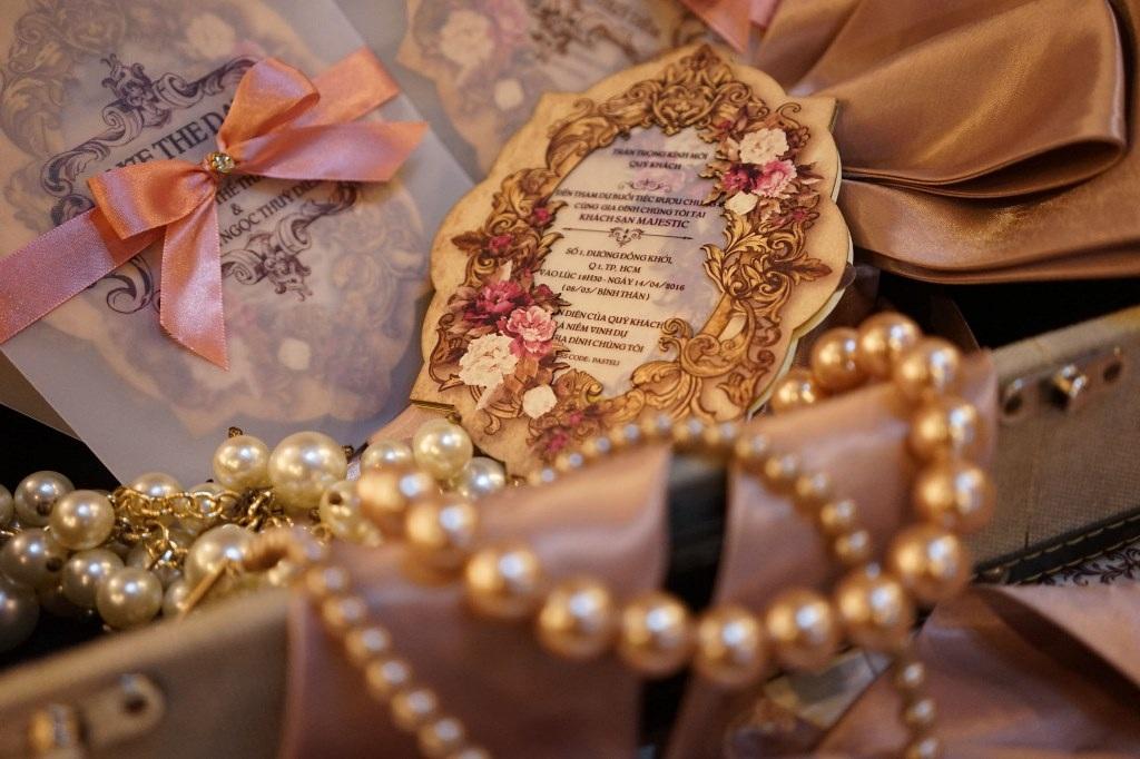 Lấy tông màu hồng là chính bên cạnh trắng và đồng, thiệp cưới của Lương Thế Thành - Thúy Diễm được thiết kế theo phong cách cổ tích, rất cầu kỳ và sang trọng.