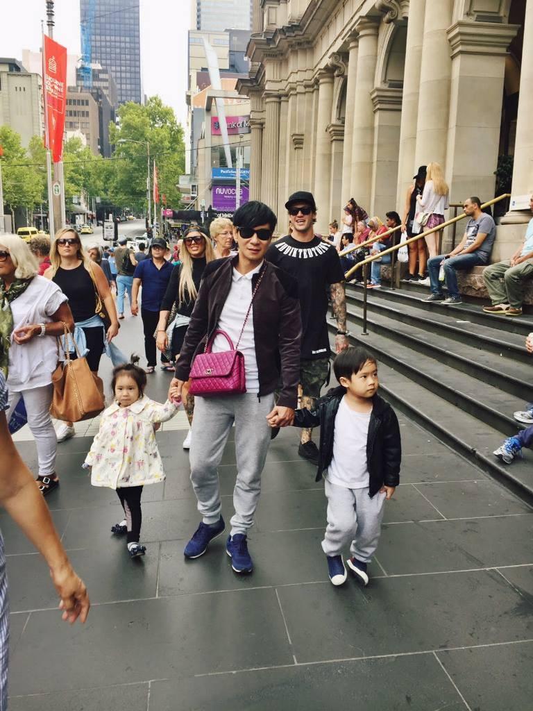 Nam ca sĩ cũng không ngại đeo túi xách của vợ và dắt tay các con đi tham quan khắp nơi.