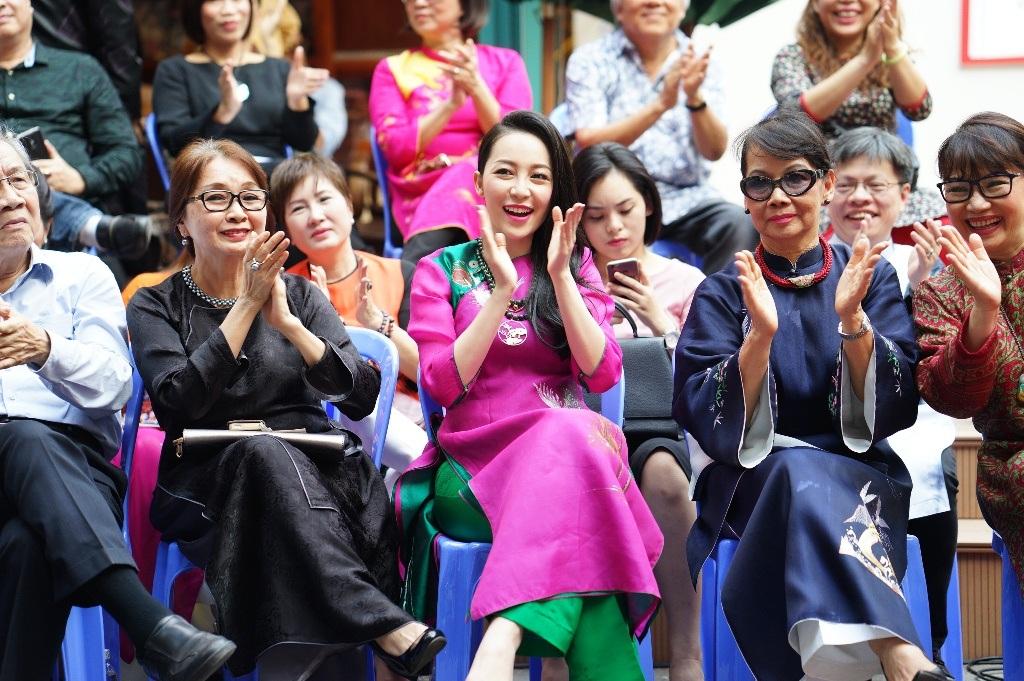 Diễn viên múa Linh Nga bên cạnh gia đình nhạc sĩ Trịnh Công Sơn