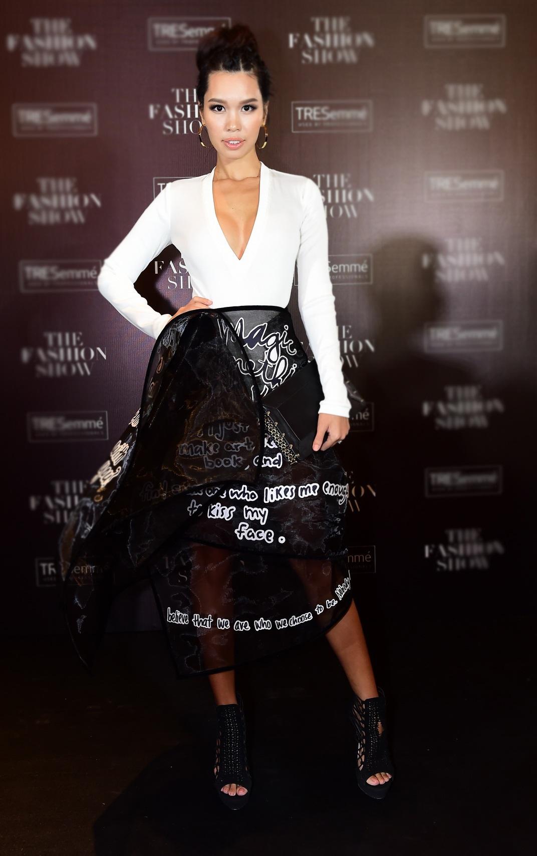 Hà Anh gây ấn tượng với phong cách cá tính trong set đồ đen – trắng. Chân váy được thiết kế cầu kỳ với nhiều lớp tạo sự mạnh mẽ. Phần thân áo khoét sâu khoe ngực gợi cảm.