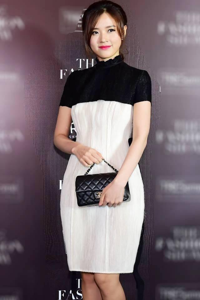 Diễn viên Midu dịu dàng và nữ tính trong chiếc váy ôm kiểu dáng khá đơn giản, thanh lịch và sang trọng. Cô cũng chọn cho mình chiếc túi xách hiệu Chanel sang trọng.