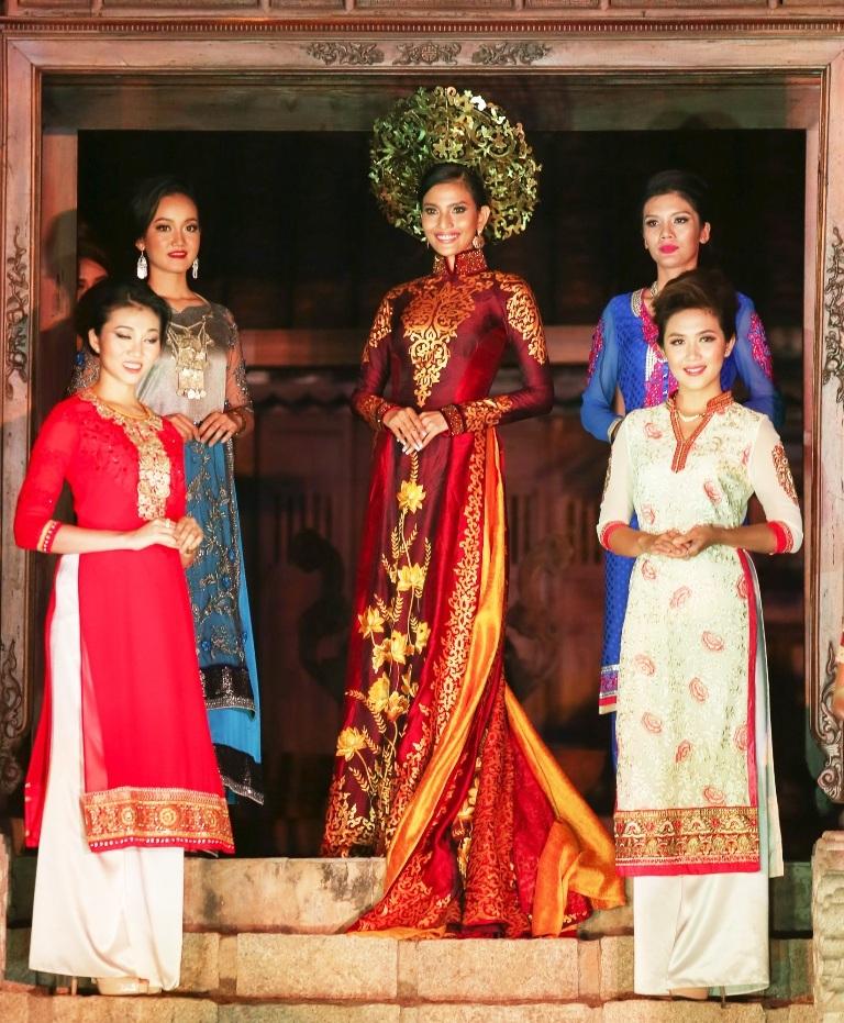 Trong chương trình giao lưu văn hóa Việt -Ấn, á hậu Trương Thị May là Đại sứ chính thức của chương trình. Bản thân Trương Thị May rất tự hào vì cô rất yêu văn hóa Ấn Độ và từng đến quốc gia này nhiều lần. Trước đó, Trương Thị May còn chụp ảnh thời trang trong bộ trang phục truyền thống của Ấn Độ là Saree.