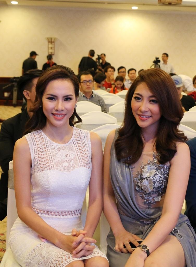 Hoa hậu Đặng Thu Thảo thân thiết với á khôi Lệ Quyên trong buổi họp báo.