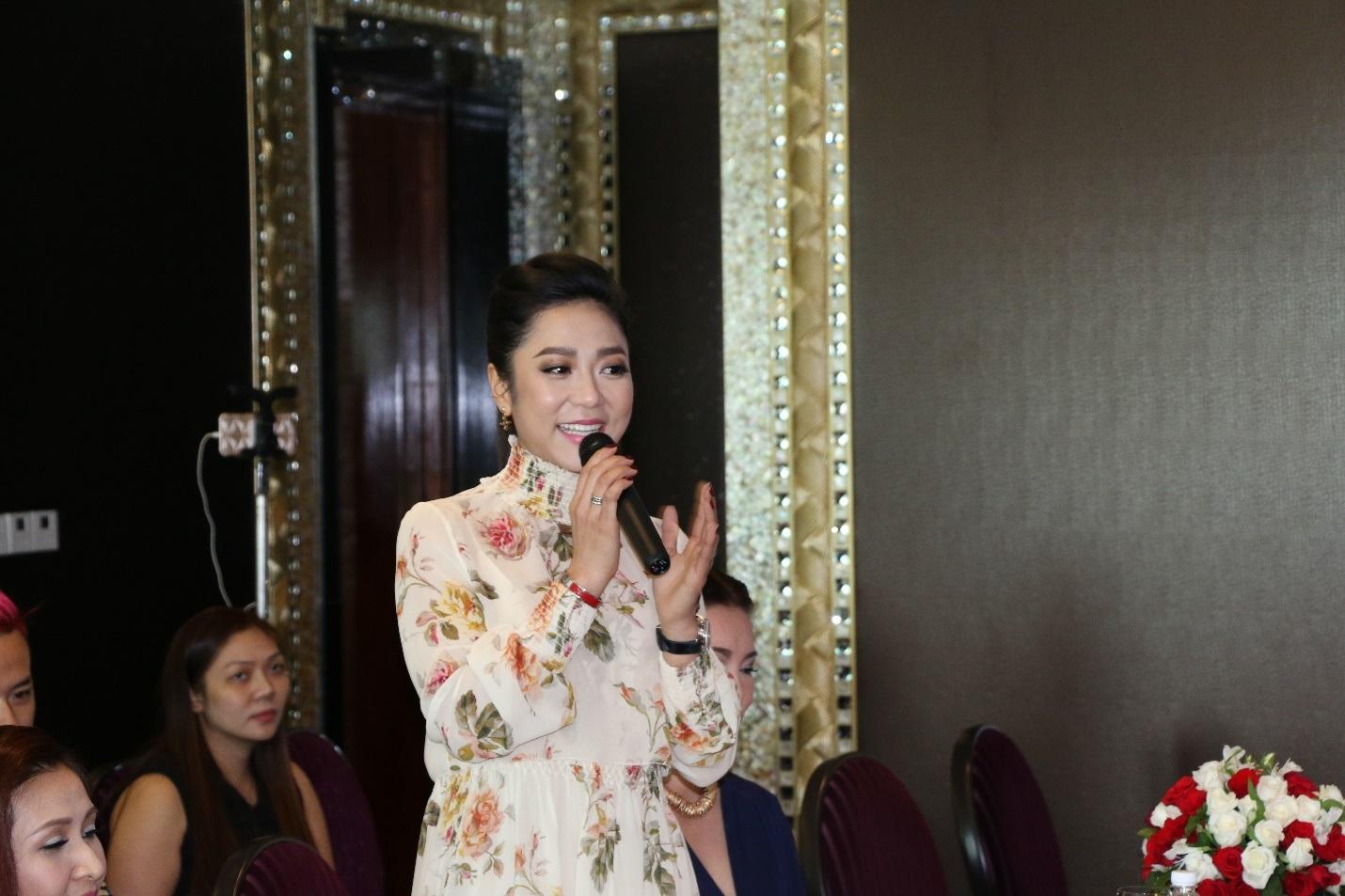 """""""Út tiêu"""" là biệt danh khá dễ thương của nữ ca sĩ Hà Thanh Xuân, cô em út chia sẻ khi được tham gia liveshow của đàn anh: """"Tôi là người nhí nhất trong chương trình, anh Quỳnh là thần tượng của tôi từ lúc còn nhỏ xíu nên lần này được đứng chung sân khấu với anh cũng như các anh chị nghệ sĩ khác, tôi rất lấy làm vinh dự."""""""