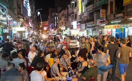 Khách du lịch đến Sài Gòn chắc chắn không thể bỏ qua khu phố Tây Bùi Viện. Nơi đây chính là địa điểm điển hình của một Sài Gòn đêm không ngủ, luôn đông đúc và náo nhiệt.
