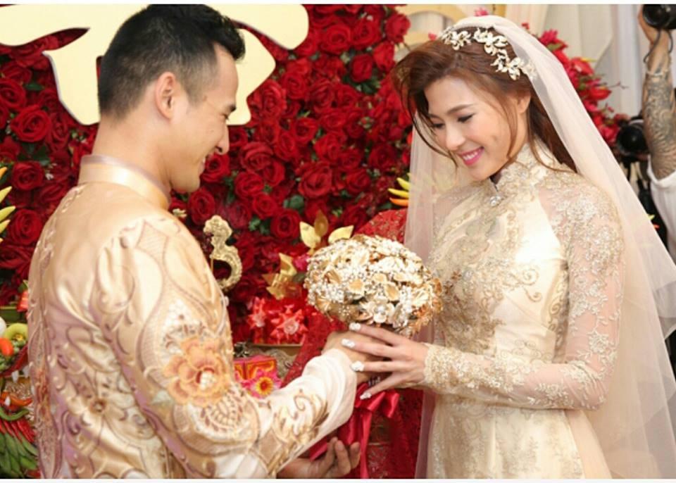 Chú rể Lương Thế Thành hạnh phúc trao hoa cưới cho cô dâu Thúy Diễm