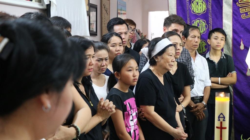 Cha xứ và các thành viên trong nhà thờ đến làm lễ, đọc kinh cầu nguyện cho ông.