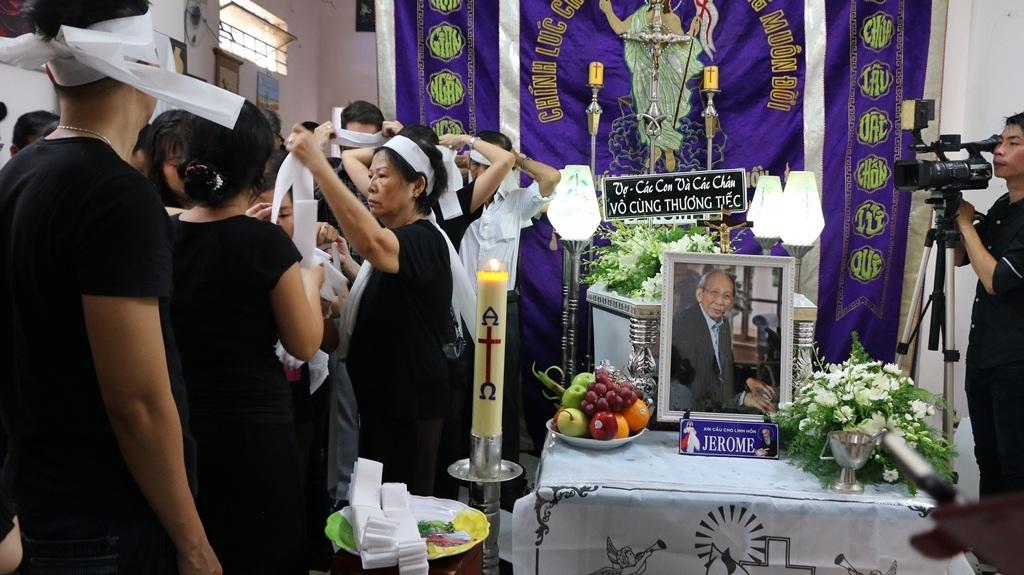 Gia đình tiến hành phát tang ông trong lễ tẩm liệm