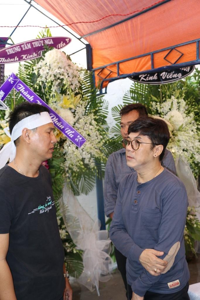 NSƯT Thành Lộc cũng đến viếng từ khá sớm.