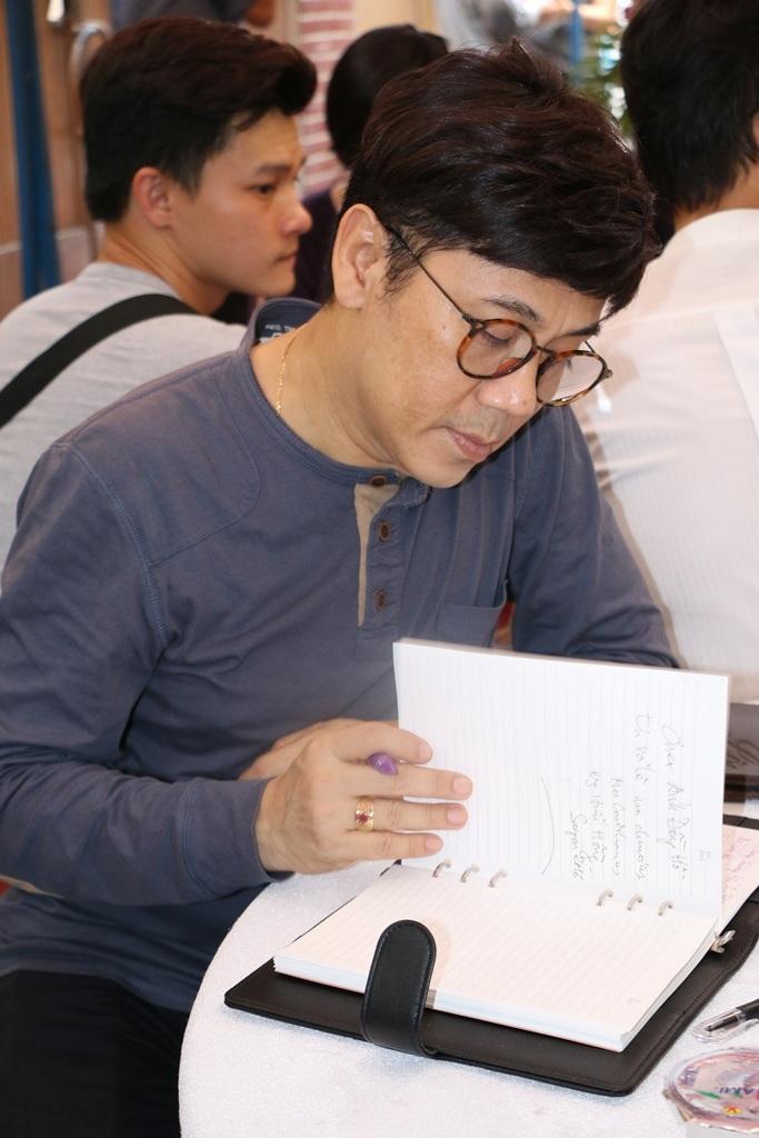 Nghệ sĩ Thành Lộc ghi bút ký vào sổ tang gia