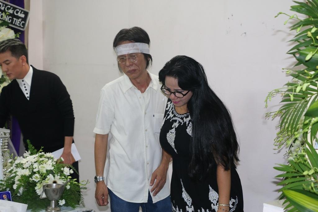 Cùng viếng với ca sĩ Đàm Vĩnh Hưng là ca sĩ Ngọc Ánh. Chị bày tỏ sự tiếc thương và đau lòng khi phải chứng kiến quá nhiều mất mát của làng nhạc Việt năm nay.