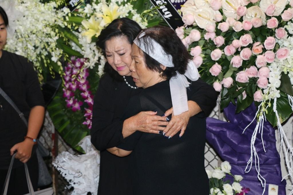 NSND Kim Cương đến viếng và chia buồn cùng gia đình. Bà ôm lấy vợ nhạc sĩ bày tỏ sự tiếc thương