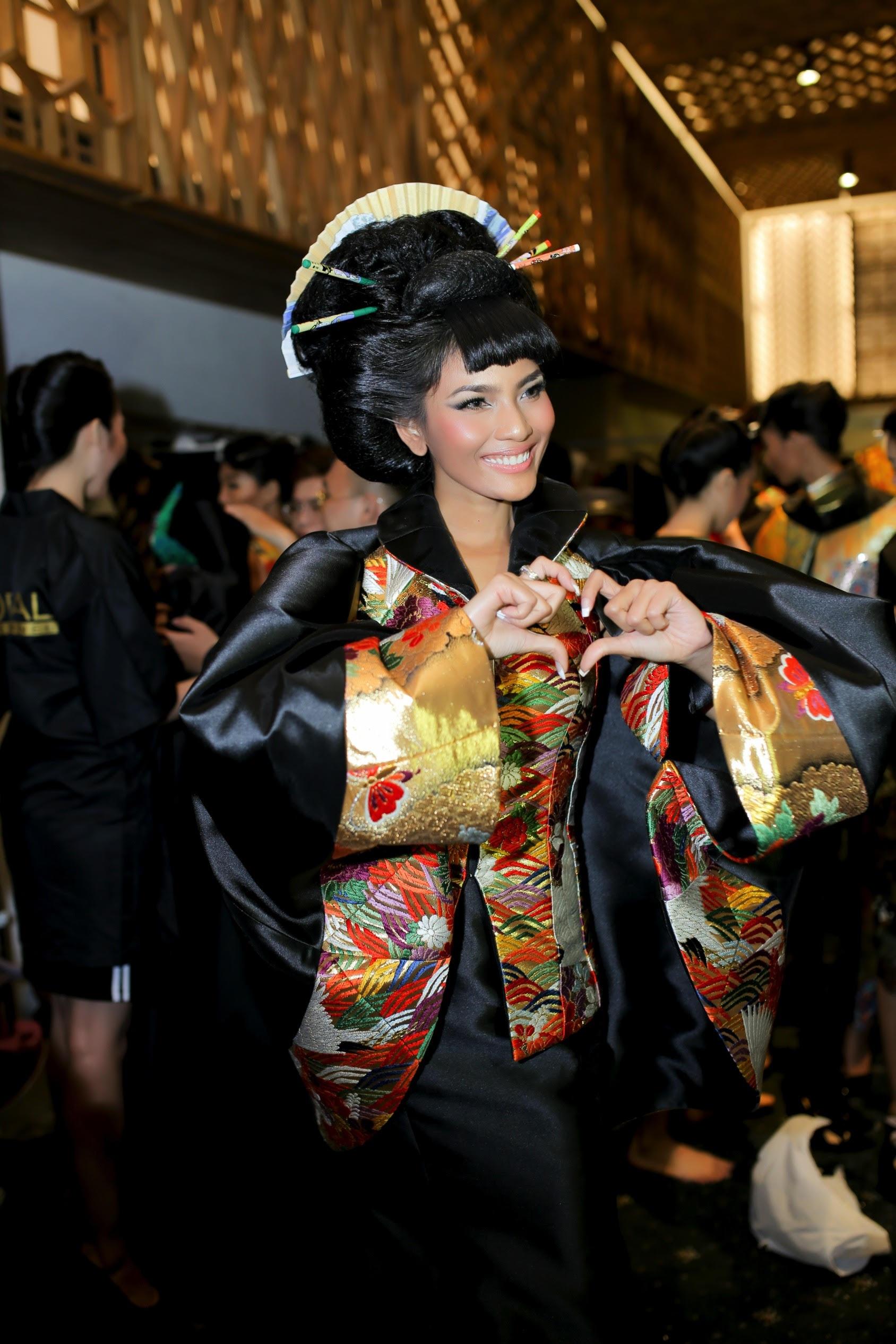 Trương Thị May cũng cho biết cô rất thích những mẫu thiết kế này và rất vui khi đảm nhận vai trò quan trọng trong show diễn.
