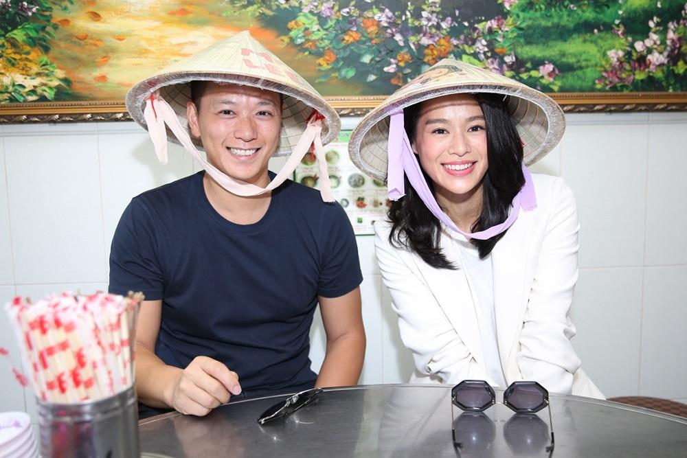 Chồng của Hồ Hạnh Nhi cũng rất vui và thích thú với món quà này. Hai vợ chồng cô thích thú tới mức đội nón lá trong suốt bữa ăn và liên tục chụp hình tự sướng. Sau đó cô còn up hình đội nón lá lên trang cá nhân và check in ăn phở vô cùng dễ thương.