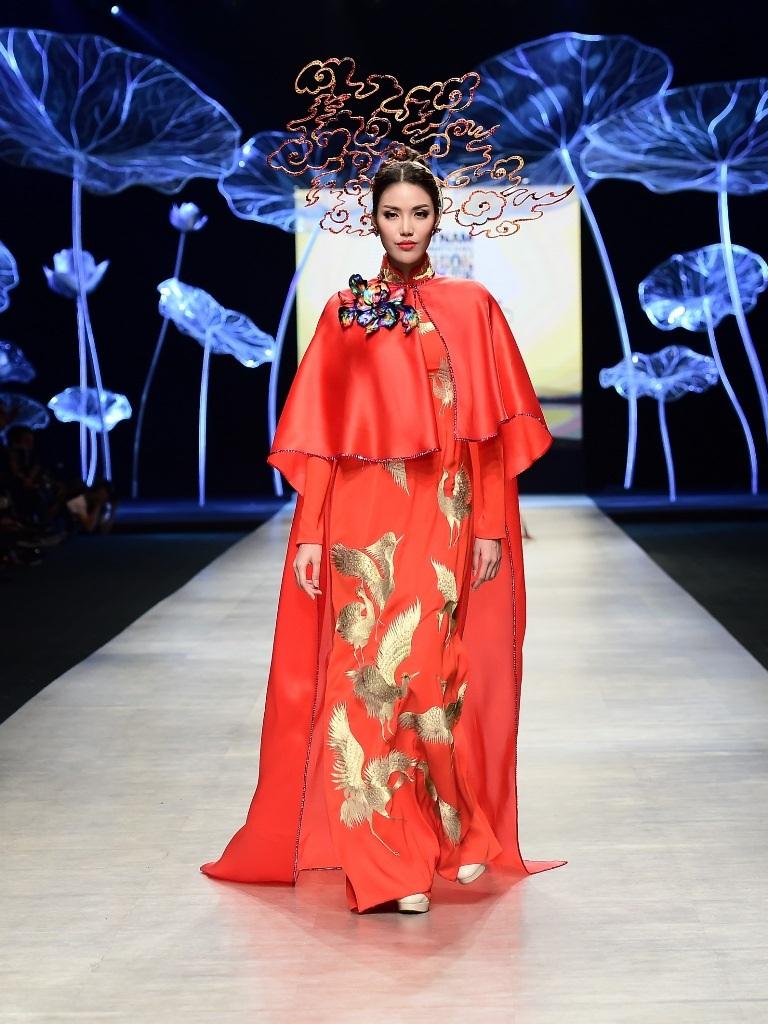 Hoa khôi áo dài - Lan Khuê rực rỡ với sắc đỏ thêu bởi họa tiết chim phượng màu vàng nổi bật.