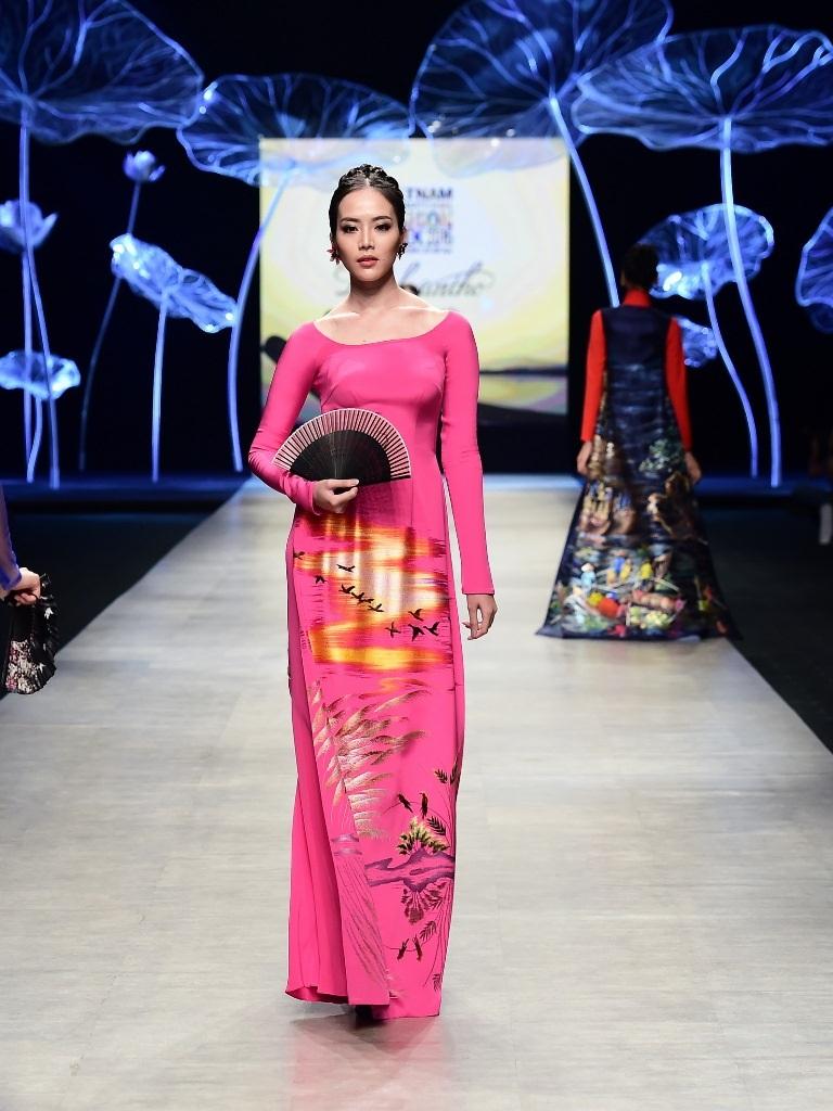 Giải bạc siêu mẫu Ngọc Quý quý phái qua bộ áo dài màu hồng kèm theo chiếc quạt cầm tay để tăng lên sự nữ tính.