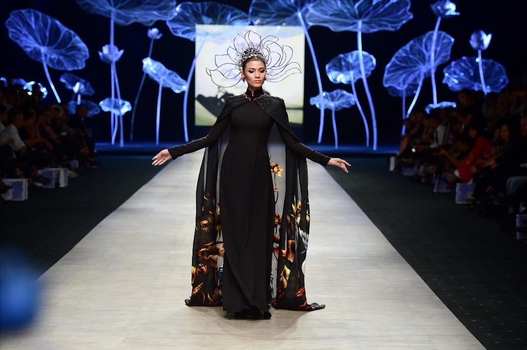 Trương Thị May nổi bật trong bộ áo dài đen được thêu hình hoa sen, chim hạc cầu kì và lộng lẫy.