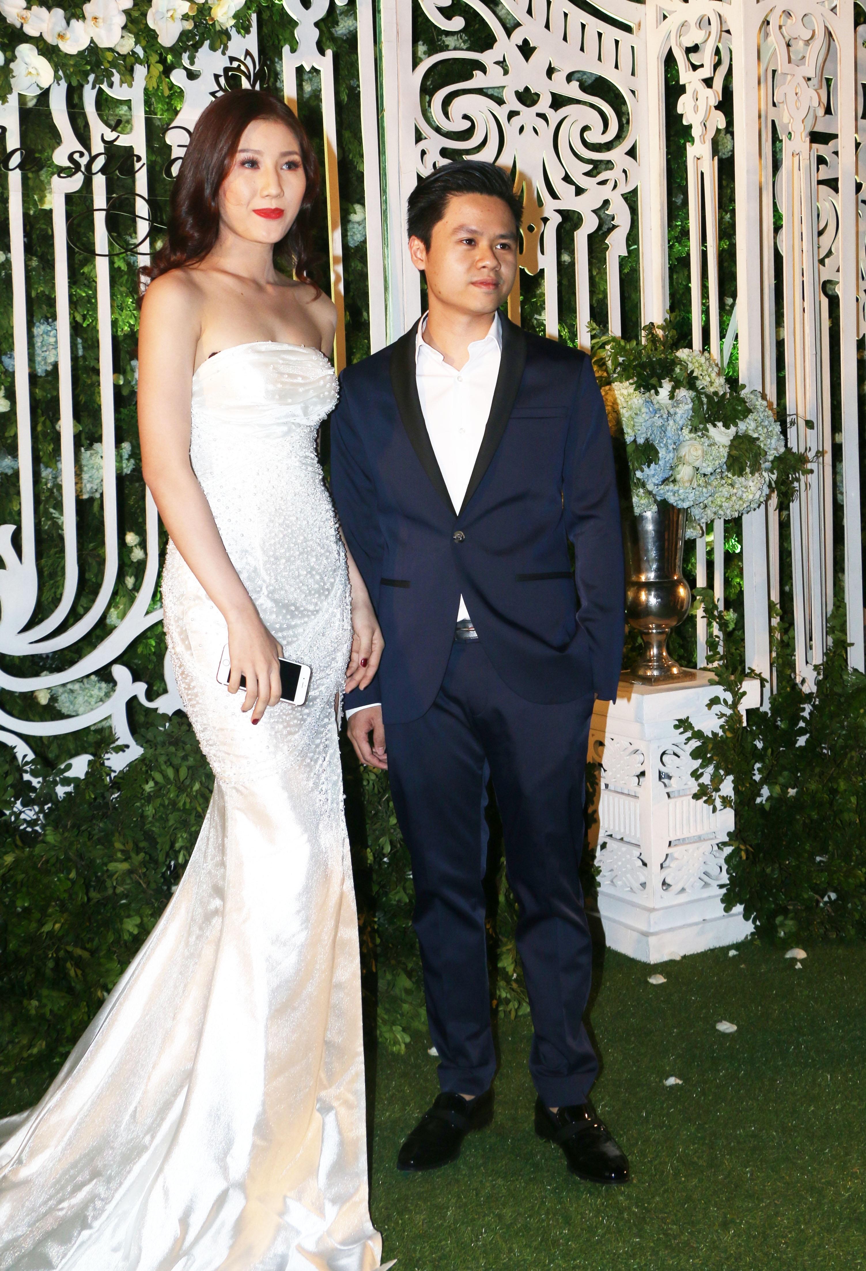 Phan Thành khá thoải mái khi xuất hiện trên thảm đỏ cùng người đẹp.