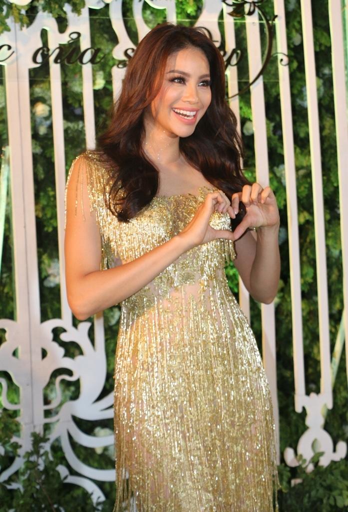 Hoa hậu Phạm Hương với biểu cảm đáng yêu khi xuất hiện trên thảm đỏ