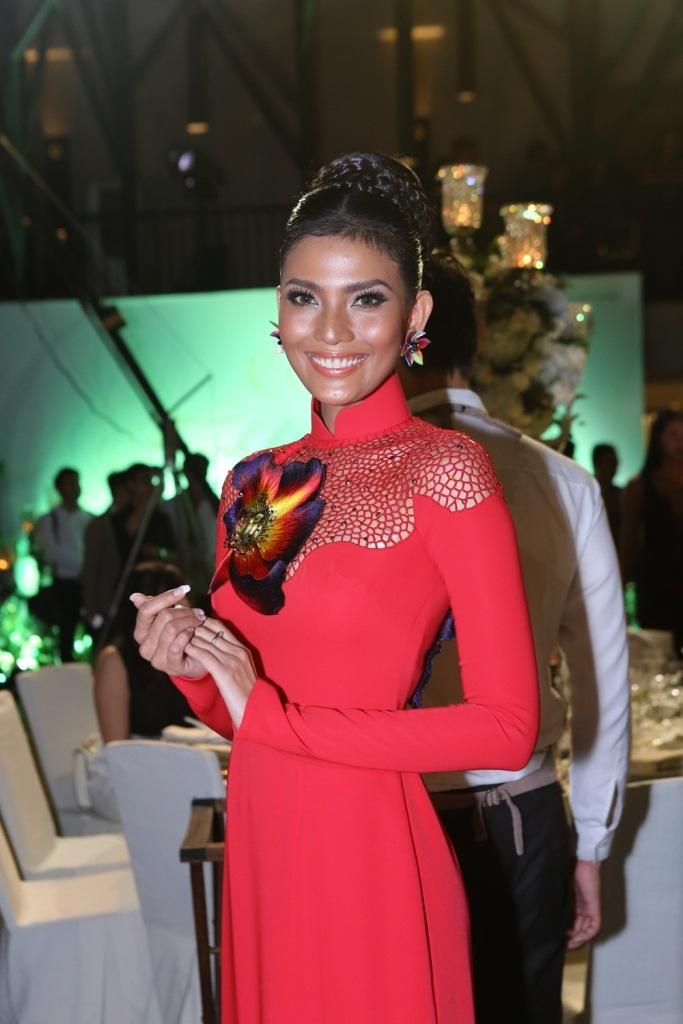 Á hậu Trương Thị May cũng có mặt trong chiếc áo dài đỏ nổi bật, thiết kế ấn tượng. Cũng trong tối cùng ngày. Trương Thị May sẽ tham gia trình diễn trong chương trình Vietnam Fashion Week