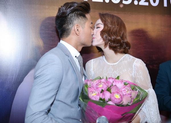 Cả hai dành cho nhau nụ hôn ngay trên sân khấu